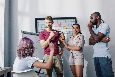 Foto de Enfoque selectivo de la mujer de negocios tener idea cerca de compañeros de trabajo multiétnicos en el cargo - Imagen libre de derechos