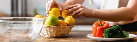 Photo pour En-tête de site Web de femme touchant citrons près de légumes sur l'assiette - image libre de droit