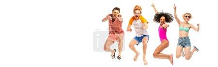 Foto de Imagen horizontal de amigos multiétnicos en gafas de sol saltando y señalando con los dedos aislados en blanco - Imagen libre de derechos
