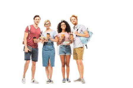 Multiethnische Studenten mit Coffee to go und Büchern, die auf weißem Hintergrund in die Kamera schauen