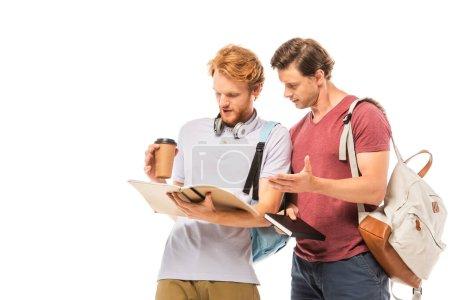 Photo pour Étudiants avec café pour aller regarder un carnet isolé sur blanc - image libre de droit