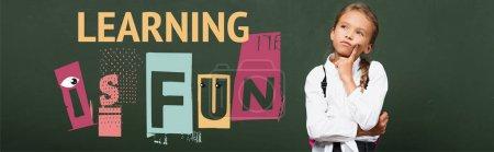 Photo pour Concept horizontal d'écolière réfléchie toucher le visage et regarder vers le haut près du tableau avec l'apprentissage est lettrage amusant - image libre de droit