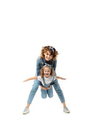 Mutter mit Tochter imitiert Flugzeug isoliert auf Weiß