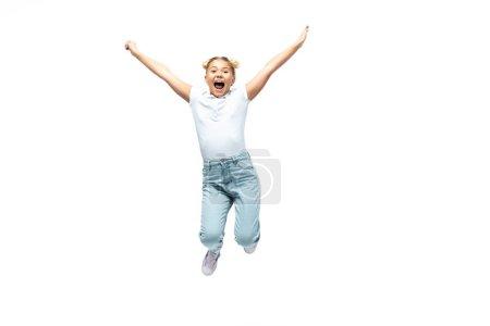 Aufgeregtes Schulmädchen springt isoliert auf Weiß
