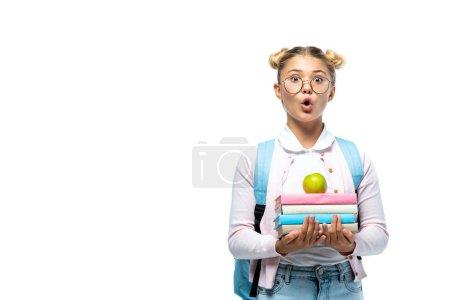 Photo pour Écolière choquée tenant pomme et livres isolés sur blanc - image libre de droit