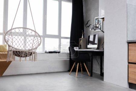 Photo pour Spacieux intérieur de travail avec ordinateur et chaise suspendue - image libre de droit
