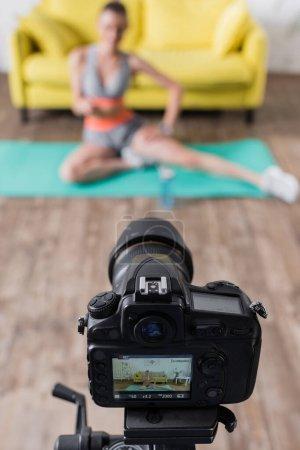 Enfoque selectivo de la cámara digital cerca de la formación de mujeres jóvenes en casa