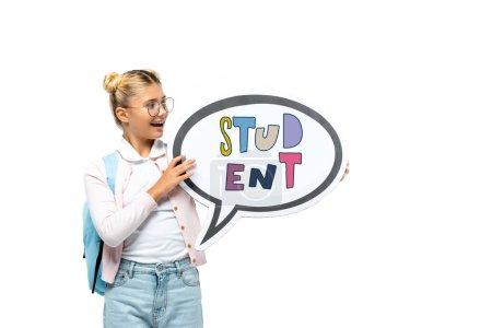 Photo pour Écolier avec sac à dos tenant bulle de parole avec lettrage étudiant isolé sur blanc - image libre de droit