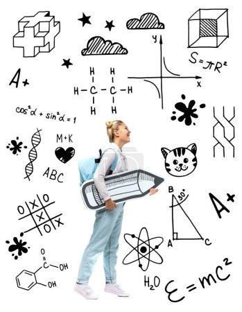 Photo pour Enfant avec sac à dos tenant un crayon en papier près de l'illustration mathématique sur blanc - image libre de droit