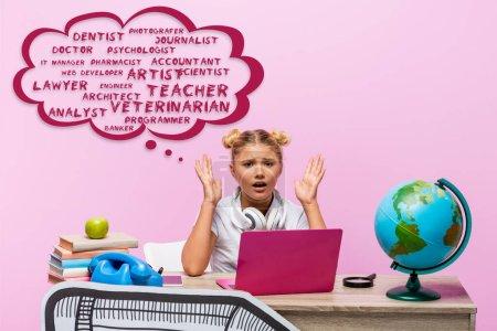 Photo pour Enfant inquiet regardant la caméra près de l'ordinateur portable, livres, art du papier, globe, téléphone rétro et illustration de bulle de pensée avec lettrage sur rose - image libre de droit