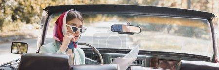 Mujer pensativa mirando el mapa en coche retro en la carretera, pancarta