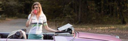 Photo pour Femme élégante boire du café avec les yeux fermés tout en se tenant dans le cabriolet et tenant la carte, bannière - image libre de droit