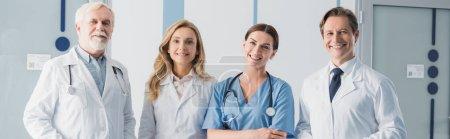 Photo pour En-tête de site Web de l'infirmière et des médecins avec stéthoscopes regardant la caméra dans la clinique - image libre de droit