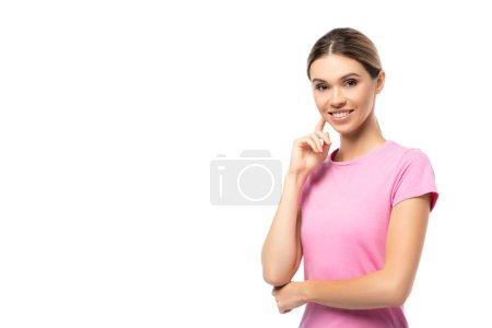 Junge Frau im rosafarbenen T-Shirt mit dem Finger in der Nähe der Wange blickt vereinzelt in die Kamera