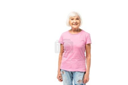 Seniorin im rosafarbenen T-Shirt blickt vereinzelt in die Kamera