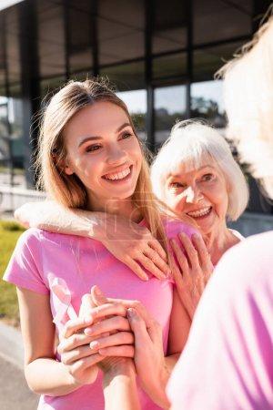 Photo pour Concentration sélective des femmes embrassant et se tenant la main, concept de cancer du sein - image libre de droit
