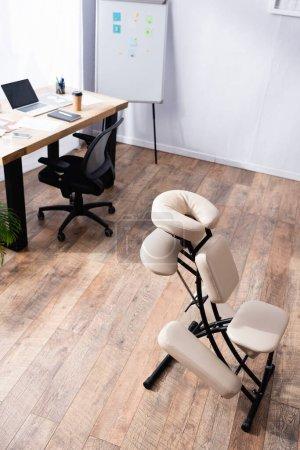 Foto de Vista de ángulo alto de la silla de masaje con lugar de trabajo moderno - Imagen libre de derechos