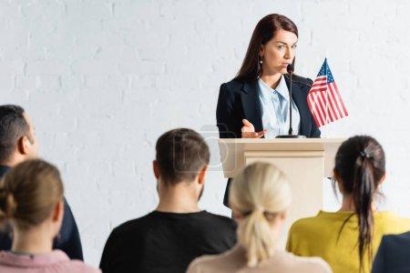 Photo pour Agitateur politique parlant aux électeurs dans la salle de conférence sur le premier plan flou - image libre de droit