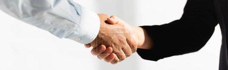 Photo pour Vue recadrée de politiciens serrant la main sur blanc, bannière - image libre de droit