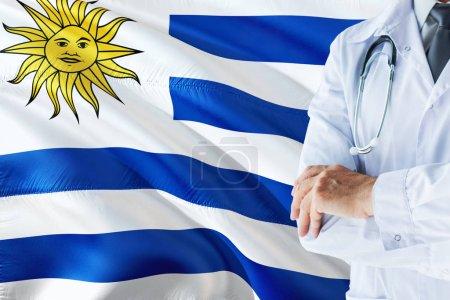 Photo pour Docteur uruguayen debout avec stéthoscope sur fond drapeau uruguayen. Concept du système national de santé, thème médical . - image libre de droit
