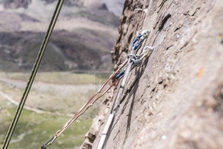 Foto de Vista cercana de las cuerdas de escalada fijadas en la montaña - Imagen libre de derechos