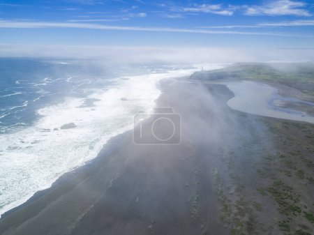 Photo pour Les plages uruguayennes sont incroyables, sauvages et vierges attendent celui qui veut aller à cet endroit incroyable où profiter d'une plage sauvage et solitaire. Ici nous pouvons voir une vue aérienne sur Cabo Polonio - image libre de droit