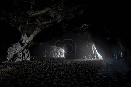 """Photo pour La célèbre destination de voyage de """"Cueva de los Patos Liles"""" une plage incroyable avec trois grottes face à l'océan Pacifique, un endroit mystérieux et magique comme dans un monde fantastique à Cobquecura, Chili - image libre de droit"""