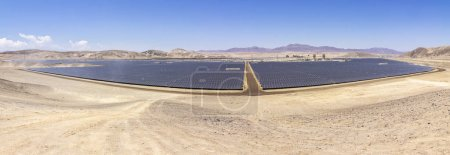 Foto de Energía solar, tecnologías limpias para reducir las emisiones de Co2. El mejor lugar para la energía Solar es el desierto de Atacama en el norte de Chile. Generación de energía limpia con recursos renovables como el sol para Energía Solar - Imagen libre de derechos