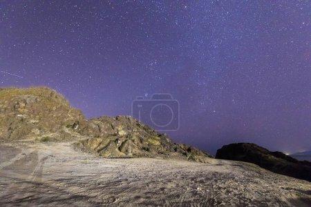 Photo pour Vue de nuit des textures naturelles sur l'environnement naturel aride des paysages de pierre - image libre de droit