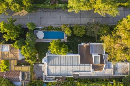 Photo pour Superbes vues aériennes sur les rues de Santiago du Chili, les quartiers, les belles lignes, les places, les piscines et les villas étonnantes dans l'est de Santiago. Une belle vue d'urbanisme d'en haut - image libre de droit