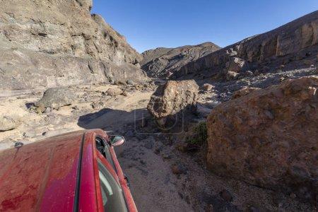 Photo pour Vue de la voiture sur la route au désert d'Atacama en Amérique du Sud - image libre de droit