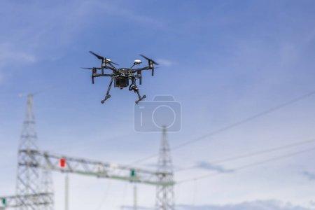Foto de Drone volando y trabajando para ortophoto y análisis térmico de centrales fotovoltaicas con cámara térmica y visual. UAV se utilizan para las inspecciones aéreas fácil de los recursos de energía renovable Solar, la eólica y la hidroeléctrica - Imagen libre de derechos