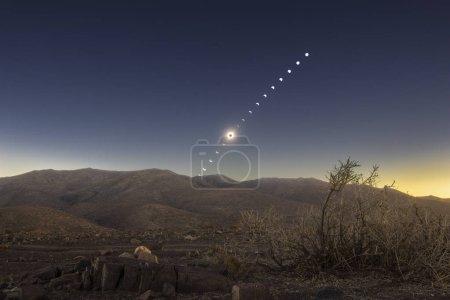 Photo pour Laps de temps de la pleine lune illuminant les montagnes la nuit - image libre de droit