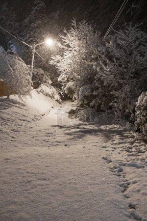 Photo pour Rue périphérique de la ville de Bariloche pendant la tempête de neige hivernale, Ro Negro, Argentine - image libre de droit