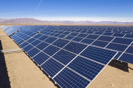Foto de Paneles eléctricos con vistas a la energía solar - Imagen libre de derechos