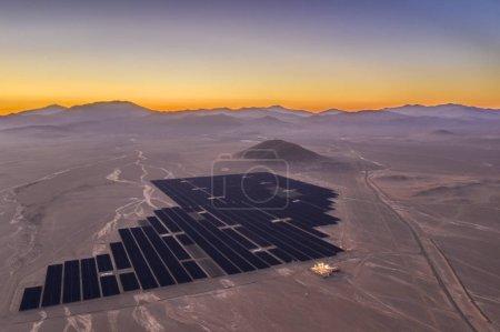 Vue aérienne par drone d'une centrale solaire au-dessus des sables du désert d'Atacama, Chili. Durabilité et énergie verte du soleil avec l'énergie solaire dans le désert le plus sec du monde : Atacama
