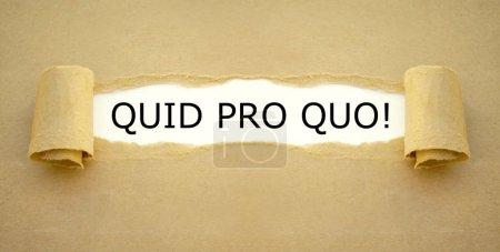 Photo pour Papier brun avec l'expression latine Quid pro Quo qui signifie donner et prendre. - image libre de droit