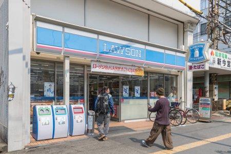 Photo pour Osaka, Japon - 20 mars 2017: Vue extérieur Lawson dépanneur - image libre de droit