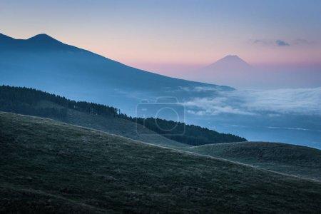 Photo pour Mont Fuji avec nuage au lever du soleil d'été - image libre de droit