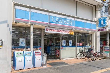 Photo pour Osaka, Japon - 20 mars 2017: Vue extérieur Lawson dépanneur. Lawson est la deuxième plus grande chaîne de dépanneurs de 24 heures au Japon. - image libre de droit