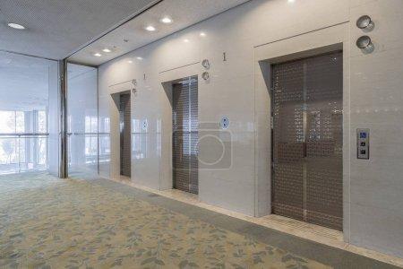 Photo pour Salle intérieure, bureau avec deux ascenseurs - image libre de droit