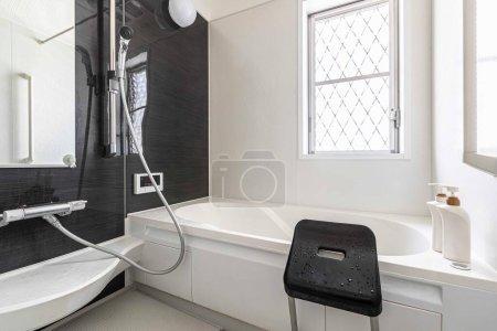Photo pour Baignoire et douche en plastique finies dans une salle de douche moderne dans une nouvelle maison - image libre de droit