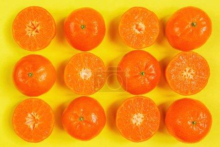 Photo pour Orange, citronniers, citrus fruits plat découvre motif sur fond jaune - image libre de droit