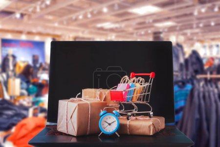 Photo pour Achats en ligne / commerce électronique et concept de service de livraison : Cartons en papier avec un panier ou un logo de chariot sur un clavier d'ordinateur portable, représente les clients commander des choses à partir de sites de détaillants via Internet - image libre de droit
