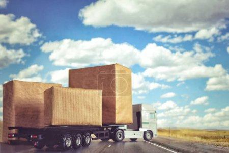 Photo pour Opérations de chargement et de déchargement chargement de la boîte à conteneurs sur un camion lors de l'importation et l'exportation de logistique, fret, livraison, ventes - image libre de droit