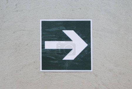Photo pour Flèche blanche pointant à droite - image libre de droit