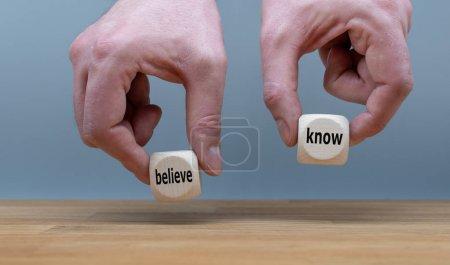 Konflikt des Wissens oder Glaubens. zwei Hände halten zwei Würfel mit t