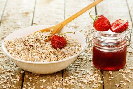 Photo pour Flocons d'avoine avec confiture de fraises et de baies - image libre de droit
