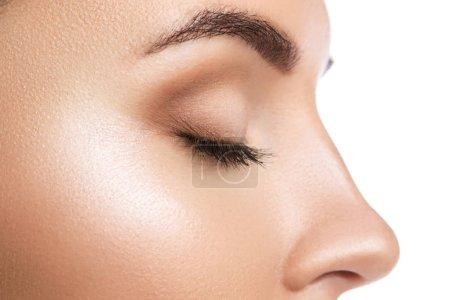 Photo pour Vue rapprochée du visage féminin avec les yeux fermés sur fond blanc - image libre de droit