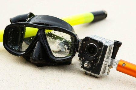 Photo pour Masque pour la plongée avec tuba et caméra d'action sur la plage - image libre de droit